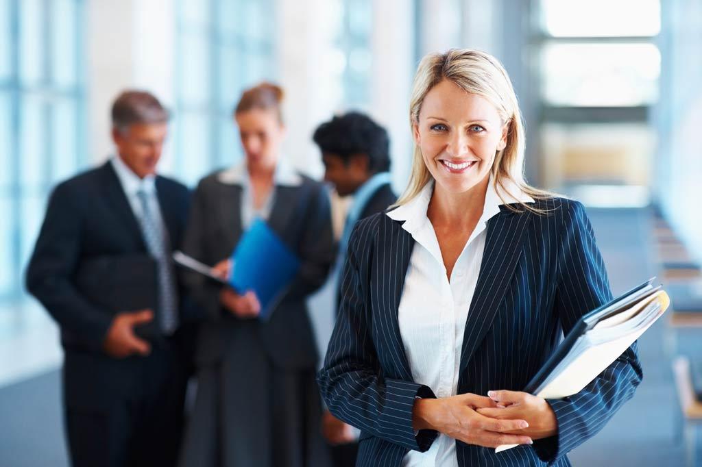 kvinnlig chef med kollegor i bakgrunden