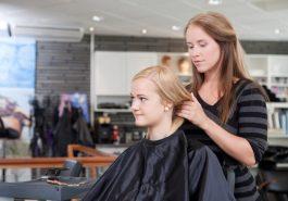 Kvinnlig frisör med kund